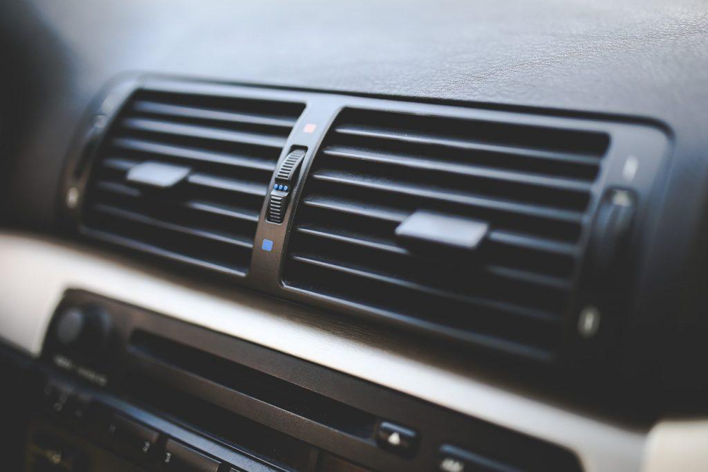 klimatyzacja samochodowa kiedy włączać dlaczego warto robić co rok