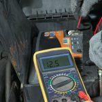 Jak sprawdzić ładowanie alternatora miernikiem