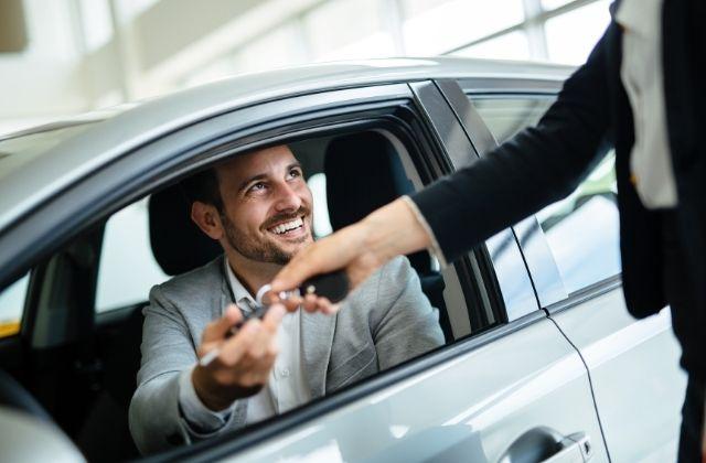 Mężczyzna sprzedający auto w auto-skup24.pl