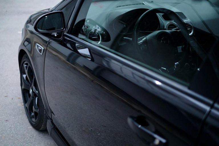 Atrakcyjny sposób na oklejanie aut z dobrym stylem