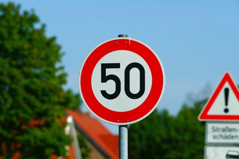 Stabilne i trwałe znaki drogowe – na co zwrócić uwagę przy ich zakupie?